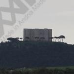 Castel del Monte, tra strafalcioni e rifiuti